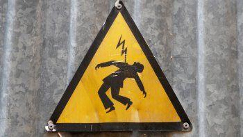 Un chico de 15 años murió electrocutado mientras regaba el frente de su vivienda
