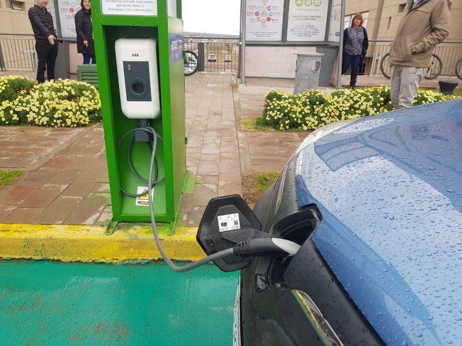 ABB presentó el primer cargador para autos eléctricos de Neuquén