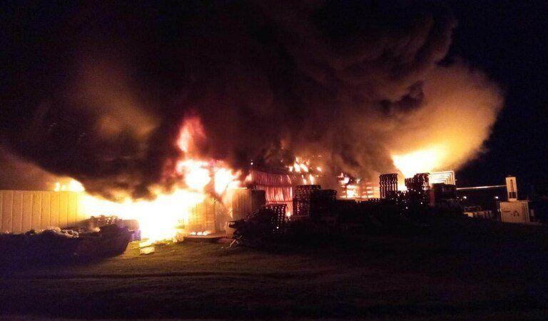 Tandil: se incendió una reconocida fábrica de chacinados y la destruyó casi en su totalidad